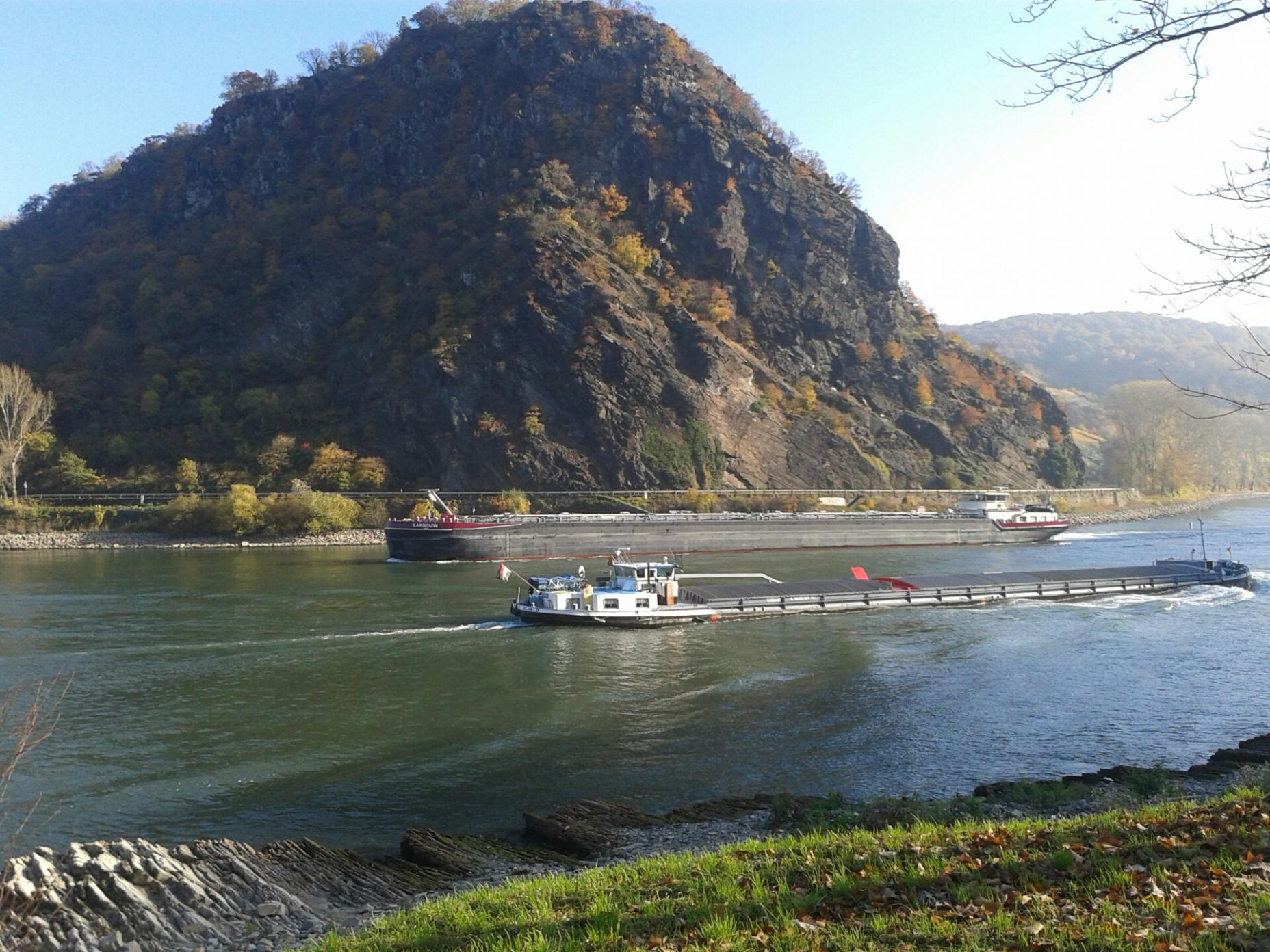 Photo: Ship encounter at the Loreley rock. Source: BfG